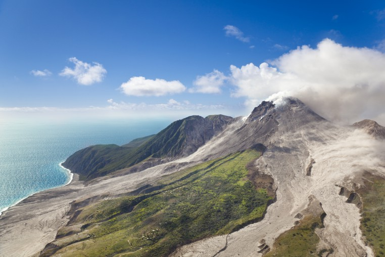 Lihat gunung berapi Soufriere dan laut di kejauhan