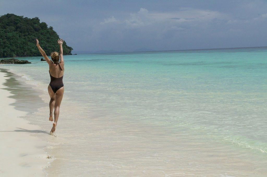 Wanita bahagia di pantai
